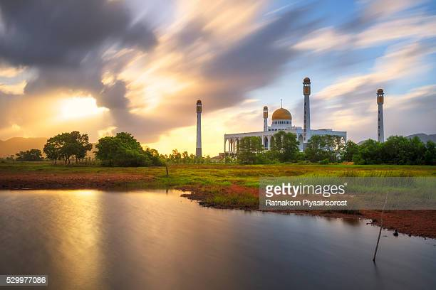 central mosque in sunrise scene - hat yai foto e immagini stock