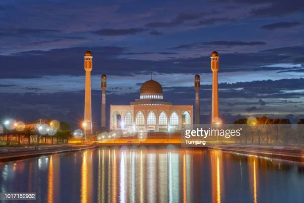 central mosque of songkhla thailand/beautiful night and reflection at the central mosque in songkhla,thailand - provincia di songkhla foto e immagini stock