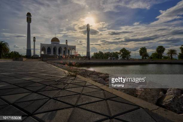 central mosque of songkhla thailand/beautiful sunset and reflection at the central mosque in songkhla,thailand - hat yai foto e immagini stock