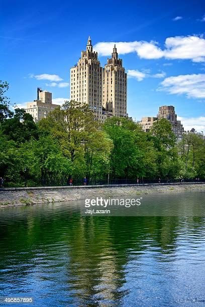 central park reservoir joggers, west side, manhattan, new york city - central park reservoir stock pictures, royalty-free photos & images