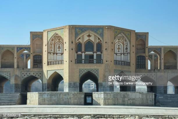 central section of majestic khaju bridge ('pol-e khaju') over zayandeh river in isfahan, iran - ザーヤンド川 ストックフォトと画像