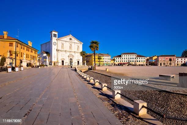 central square in town of palmanova church view - minaret stockfoto's en -beelden