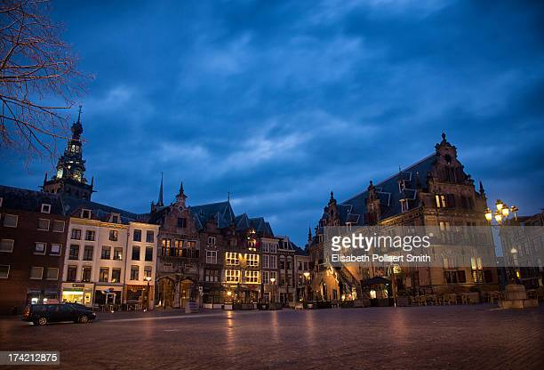 central square, nijmegen, at night - nijmegen stock pictures, royalty-free photos & images