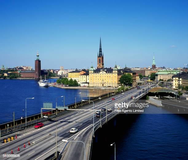 centralbron spanning lake malaren - riddarholmkirche stock-fotos und bilder
