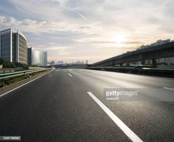 century avenue, pudong,shanghai, - städtischer verkehrsweg stock-fotos und bilder