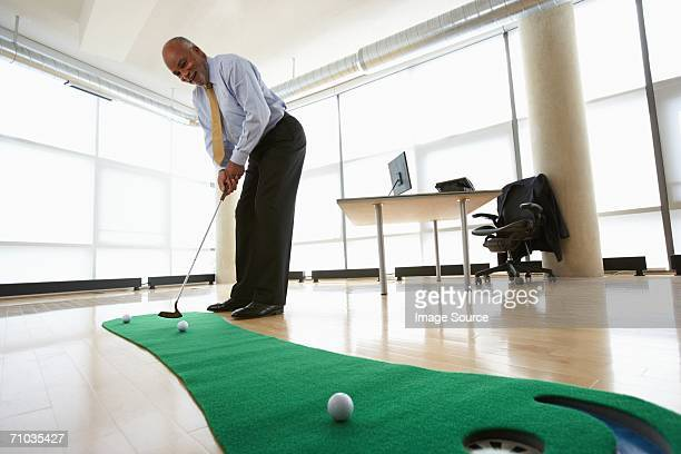 ceo practicing putting - putting green stock pictures, royalty-free photos & images