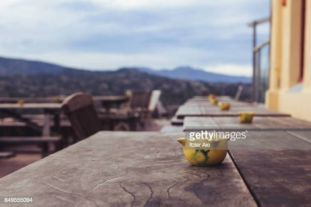 ceramic bowl on a rustic wooden table - rústico fotografías e imágenes de stock