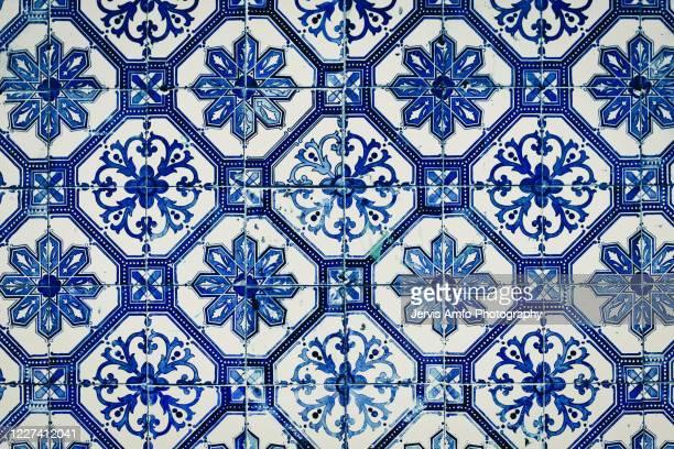 ceramic pattern tiles on wall - portugal photos et images de collection