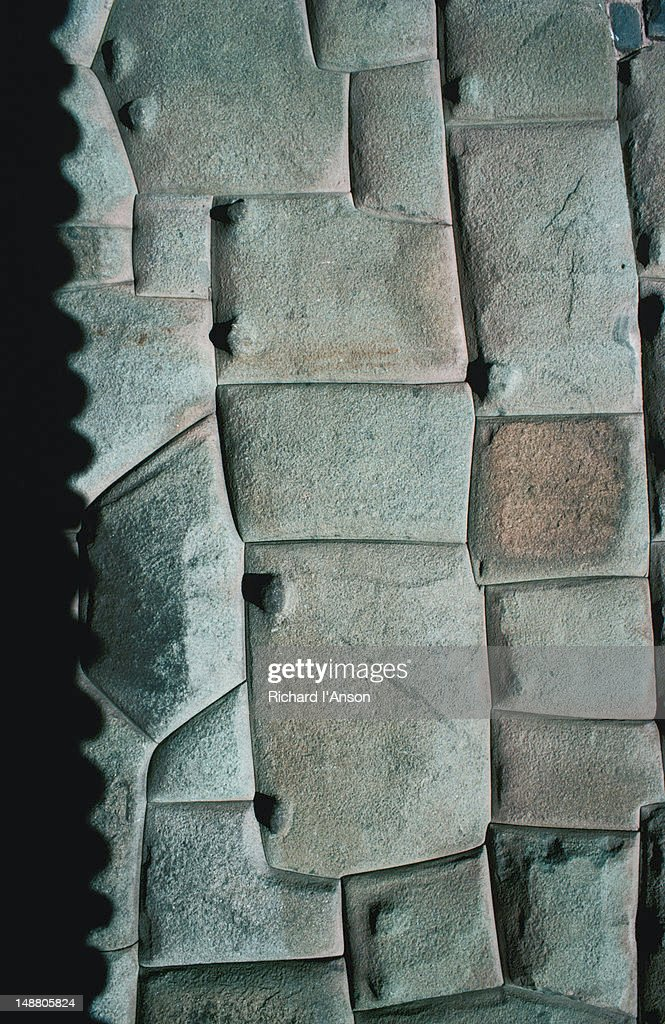 A cerated shadow at the base of an ancient stone wall, showing the Incan's high level of skills in stone-masonry - Cuzco : Foto de stock