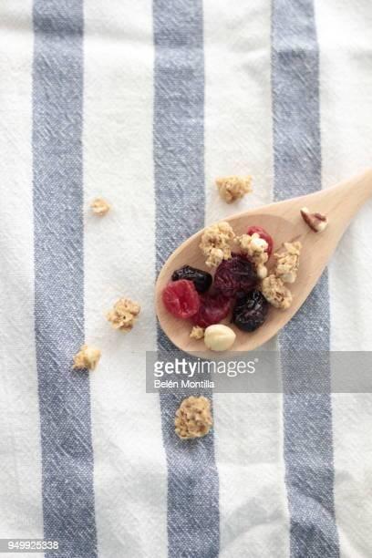 cereals - abbracciarsi a letto foto e immagini stock