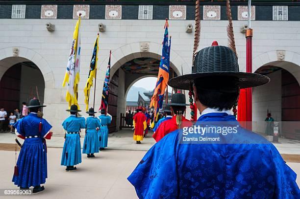 ceremonial changing of guard, gyeongbokgung palace, seoul, south korea - gyeongbokgung stock photos and pictures