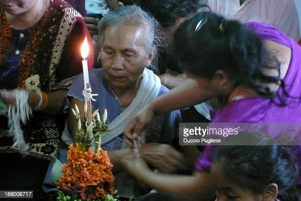 CONTENT] BAASI' CEREMONY Cerimonia del Baasiì Nel corso della cerimonia strettamente familiare ci si raccoglie attorno alle offerte candele foglie di...