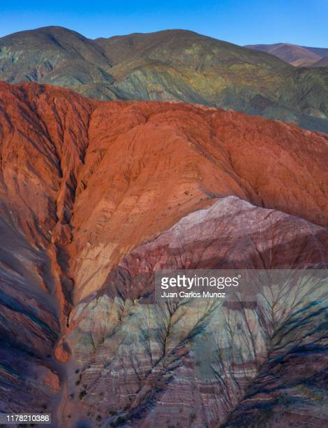 cerro de los siete colores, purmamarca, valles y quebradas, aerial view, argentina, south america, america - cerro de los siete colores foto e immagini stock