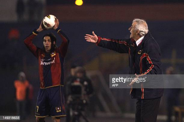 Cerro Porteno's coach Jorge Fossati gives instructions to his players during their 2012 Copa Sudamerica football match against O'Higgins at the El...
