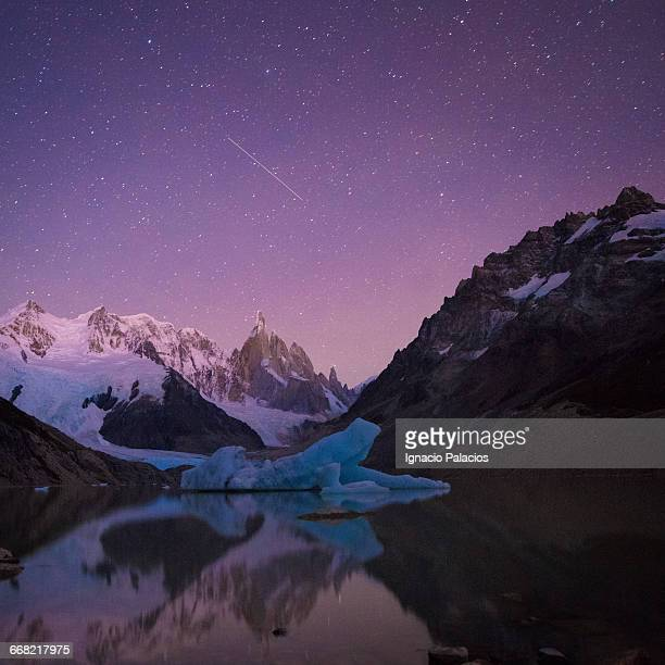 cerro torre at night star trails - cerro torre stock-fotos und bilder
