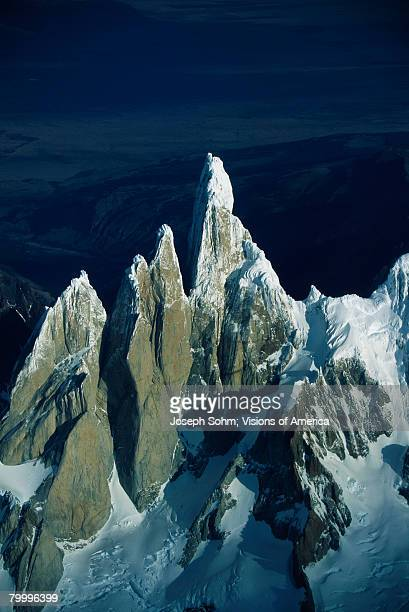 cerro torre mountains in patagonia - cerro torre photos et images de collection