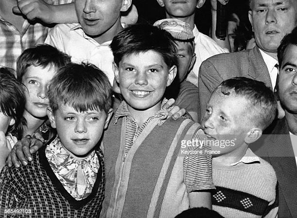 Ces deux garçons posant avec des camarades ont survécus à la chute du toit d'une maison délabrée dans le quartier de Stepney à Londres RoyaumeUni le...