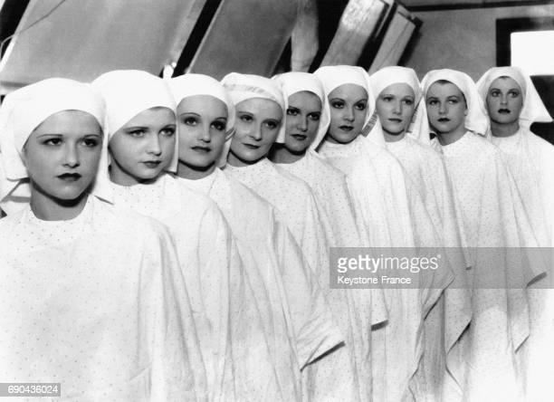 Ces neuf jeunes filles futures actrices photographiées pendant leur premier cours de maquillage de cinéma à Hollywood Californie EtatsUnis le 24 août...