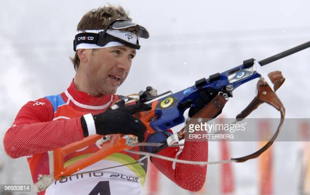 Cesana San Sicario, ITALY: Norway's Ole Einar Bjoerndalen aims at a target at the shooting range in the men's biathlon 15km mass start at the Turin...