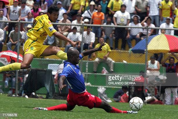 Cesar Alegria delantero del Deportivo Marquense de Guatemala dispara ante la marca de Jose Gustarino defensa del Plaza Amador de Panama en el estadio...