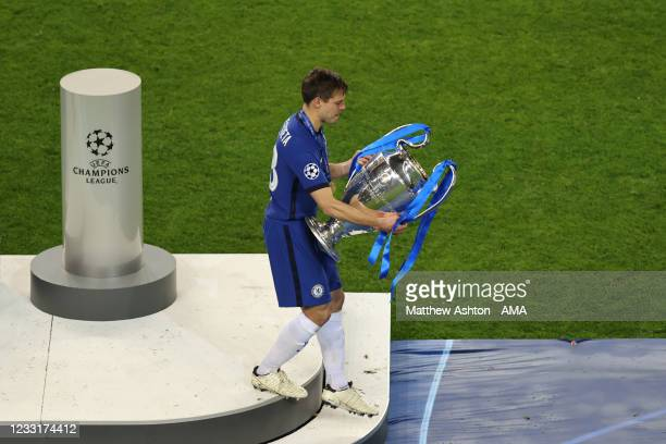 Cesar Azpilicueta of Chelsea carries the UEFA Champions League trophy during the UEFA Champions League Final between Manchester City and Chelsea FC...