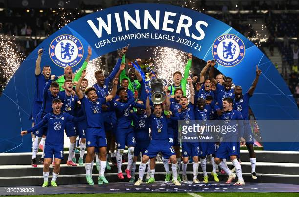 Cesar Azpilicueta of Chelsea lifts the UEFA Champions League Trophy during the UEFA Champions League Final between Manchester City and Chelsea FC at...