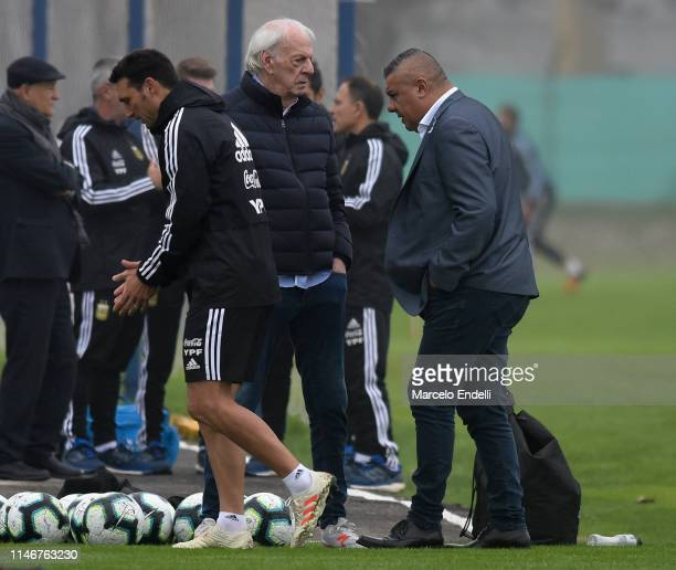 Cesar Menotti talks with Lionel Scaloni and Claudio Tapia during a training session at Julio H Grondona Training Camp on May 28 2019 in Ezeiza...