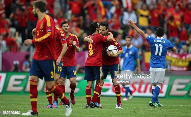 Cesc Fabregas freut sich mit Xavi Hernandes nach dem Ausgleich rechts der italienische Torschütze Antonio Di Natale Fussball EM 2012 Spanien Italien...