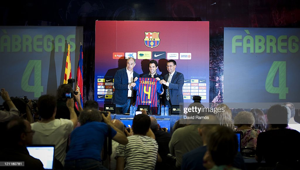 ¿Cuánto mide Josep Maria Bartomeu? - Altura - Página 2 Cesc-fabregas-shows-his-new-tshirt-surrounded-by-the-sport-director-picture-id121180781