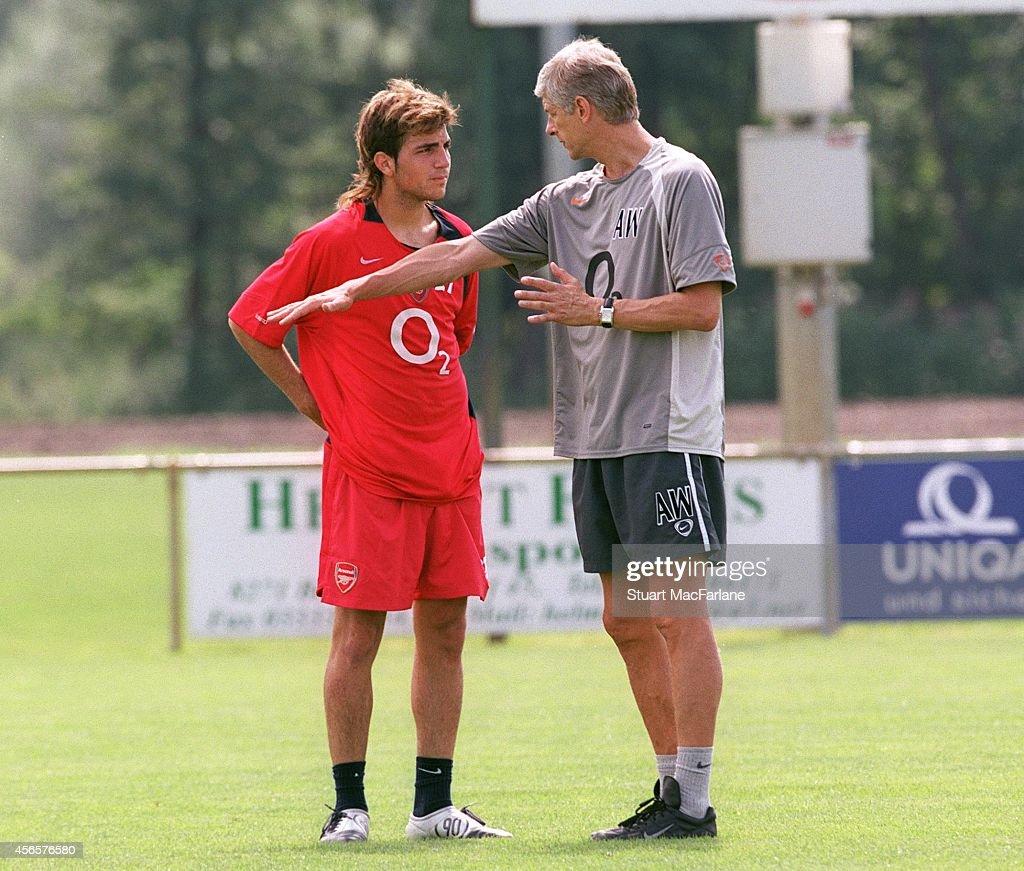 Cesc Fabregas talks to Arsenal manager Arsene Wenger... : News Photo