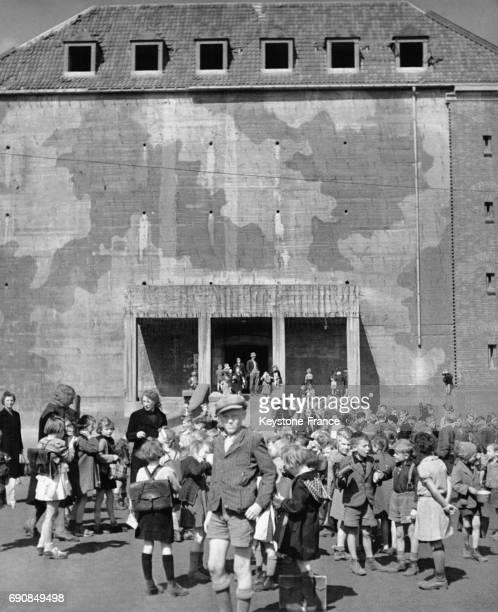 Cet ancien bunker construit sous Hitler est devenu une école pour un millier d'enfants défavorisés qui attendent dans la cour de récréation la...