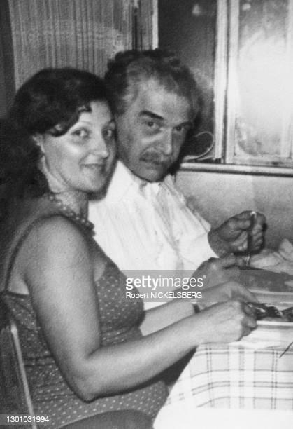 Cet homme qui dîne dans un restaurant de Embu, au sud de Sao Paulo, avec sa femme de ménage, Elsa Gulpain de Oliveira, ressemble au médecin de...