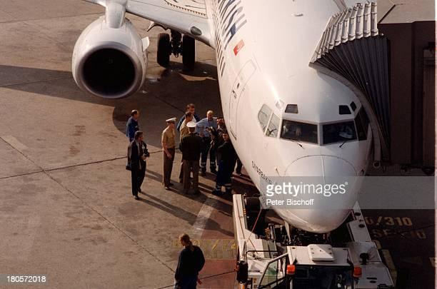Cevdet Celik Flughafen Tegel Berlin Deutschland EuropaEinstieg in das Flugzeug