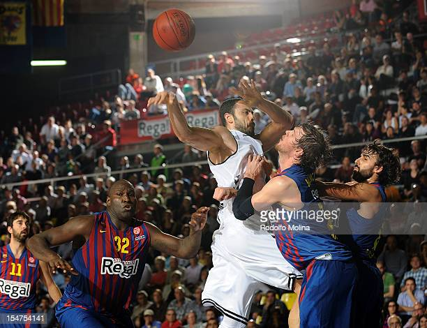 Cevher Ozer #41 of Besiktas JK Istanbul competes with CJWallace #18 of FC Barcelona Regal during the 20122013 Turkish Airlines Euroleague Regular...