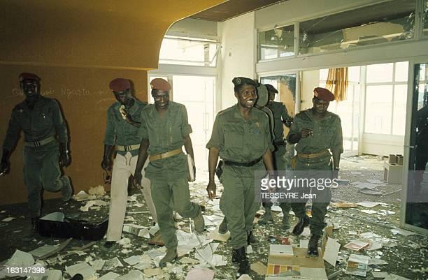 Coup D'Etat Of General Felix Malloum A l'intérieur d'une maison mise à sac les hommes du général Felix MALLOUM en treillis avec un béret