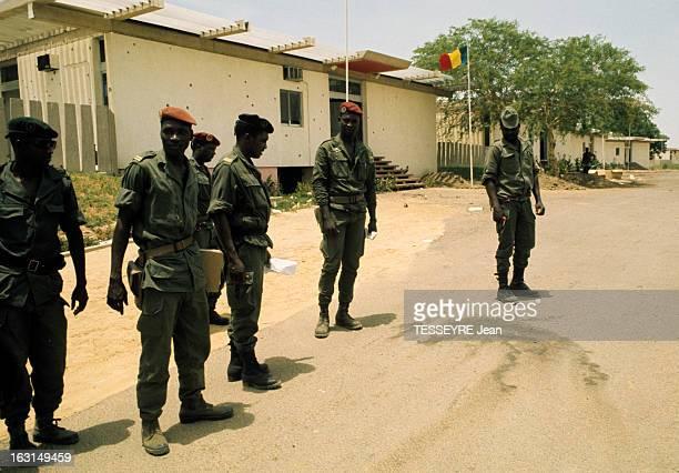 Coup D'Etat Of General Felix Malloum Dans une rue de N'djamena des putchistes en treillis avec un béret