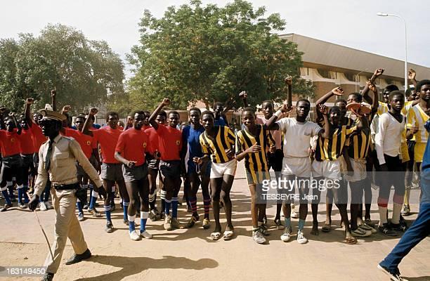 Coup D'Etat Of General Felix Malloum En extérieur un officier en uniforme et deux équipes de footballeurs en maillot et short