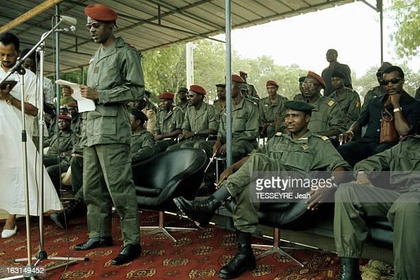 Coup D'Etat Of General Felix Malloum Le général Felix MALLOUM avec des lunettes en treillis avec un béret debout sur une tribune devant un micro...