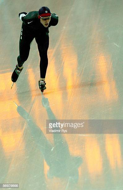 Chad Hedrick of the United States skates a 130540 to win the silver medal in the 10000 meter men's speed skating final during Day 14 of the Turin...