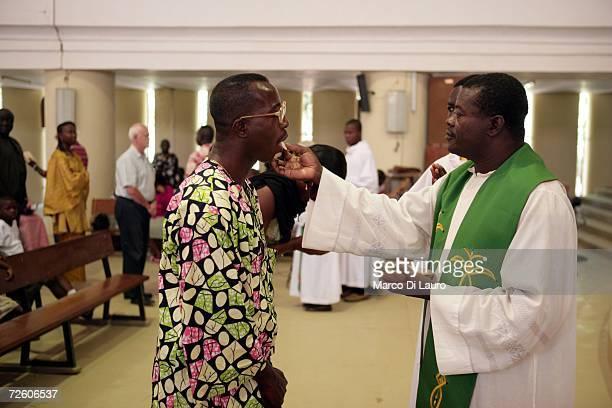 N'DJAMENA CHAD NOVEMBER 5 A Chadian Catholic priest celebrates the Holy Communion during the Sunday mass on November 5 2006 in N'Djamena Chad Chad...