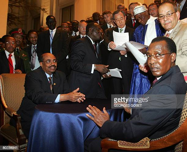 Chadian President Idriss Deby Itno and his Sudanese counterpart Omar alBeshir look after signing a peace accord in the presence of Senegalese Foreign...