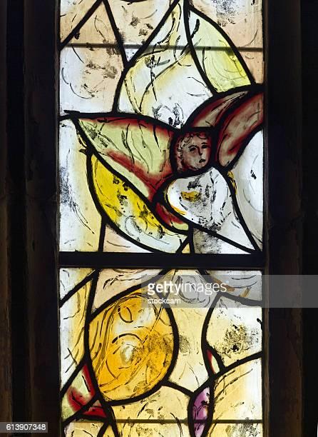 chagall engel fenster in allerheiligen kirche, kent, uk - marc chagall stock-fotos und bilder