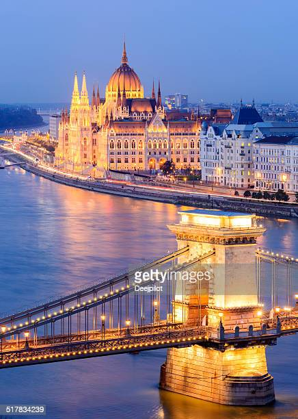 chain bridge and city skyline at night in budapest hungary - budapest stock pictures, royalty-free photos & images