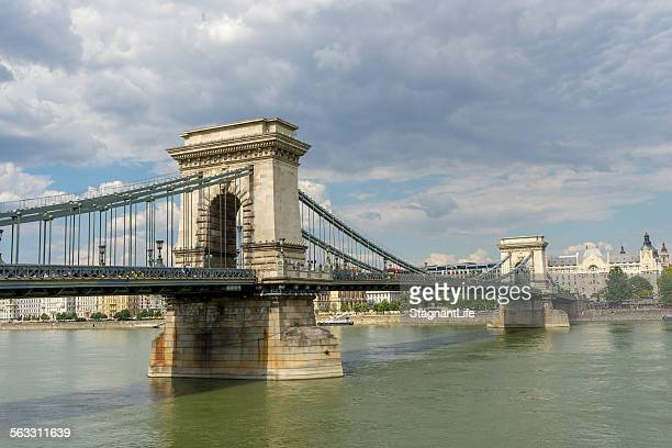 chain bridge and danube river - ponte széchenyi lánchíd - fotografias e filmes do acervo
