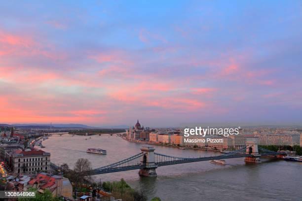 chain bridge and parliament house in budapest - massimo pizzotti foto e immagini stock