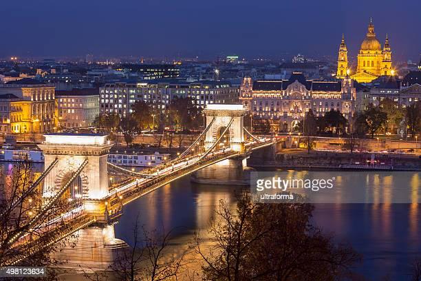 Chain Bridge und St Stephen's Basilica in Budapest in der Dämmerung