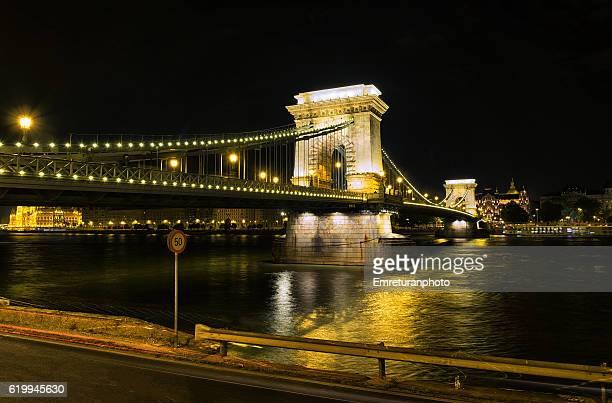 chain bridge at night in budapest - emreturanphoto stock-fotos und bilder