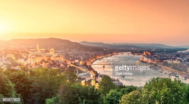 chain bridge in sunset - budapest - rio danúbio - fotografias e filmes do acervo