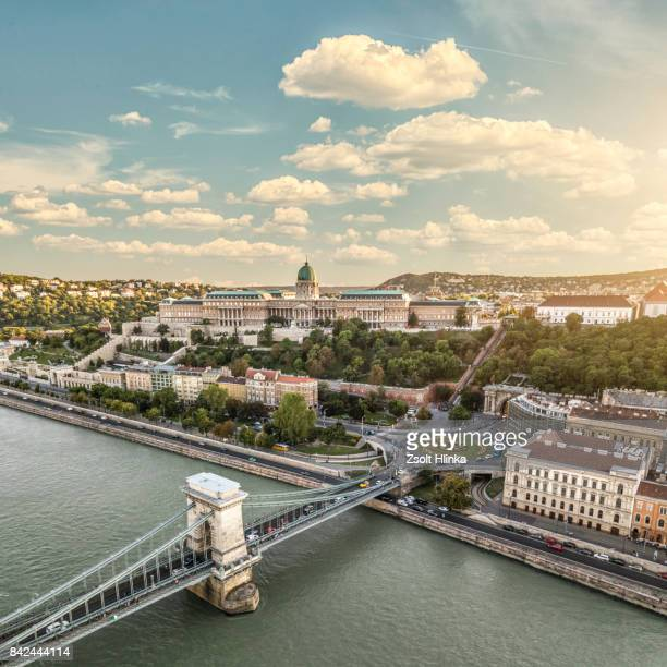 chain bridge in sunset - budapest - budapeste - fotografias e filmes do acervo