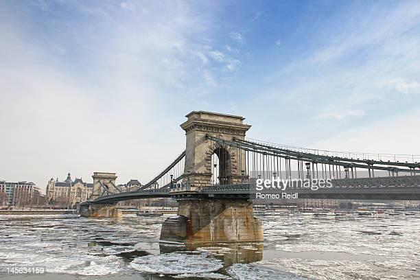 chain bridge in winter - ponte széchenyi lánchíd - fotografias e filmes do acervo